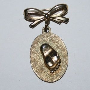 Beautiful vintage gold baby foot brooch
